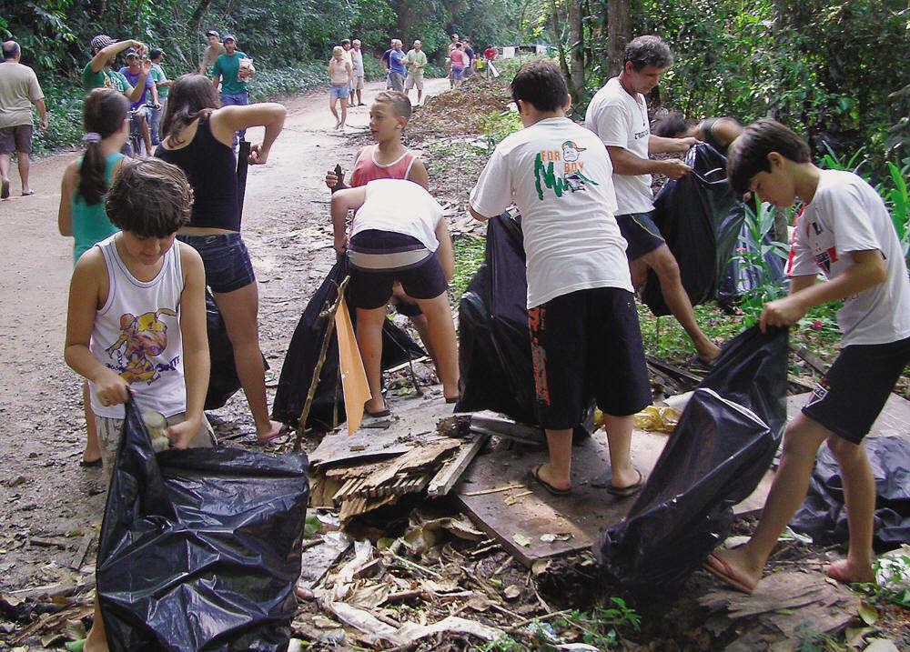 pessoas-limpando